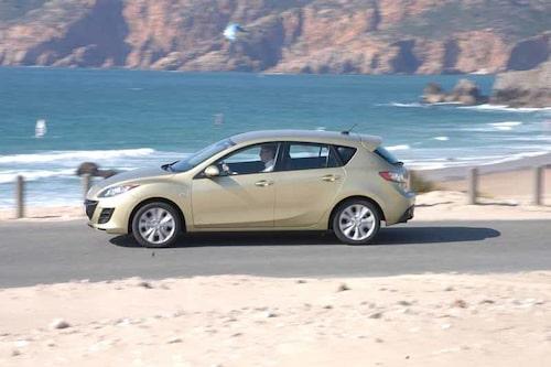 Mazdas designer följer med tidens trender och har skulpterat ut hjulhusen i framskärmarna. Vi ser samma grepp på nya Renault Mégane.