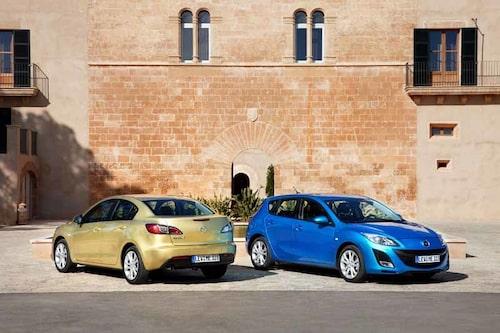 Sikten bakåt är dålig på grund av de breda bakre takstolparna. Nya Mazda är större än föregångaren.