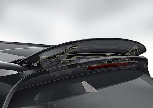 Panamera Sport Turismo blir, oss veterligen, den första bilen som har en aktiv, takmonterad spoiler. Ihastigheter upp till 170 km/h vinklas den lilla vingen till ett läge där den minskar luftmotståndet. Går det fortare än så sänks den en aning till sitt Performance-läge där den ger 50 kg mer marktryck och ökad högfartsstabilitet. Vingen kan ställas i ett tredje läge och det är när panoramaglastaket öppnas och hastigheten överstiger 90 km/h. Då hjälper vingen till att minska turbulensen från det öppna taket.