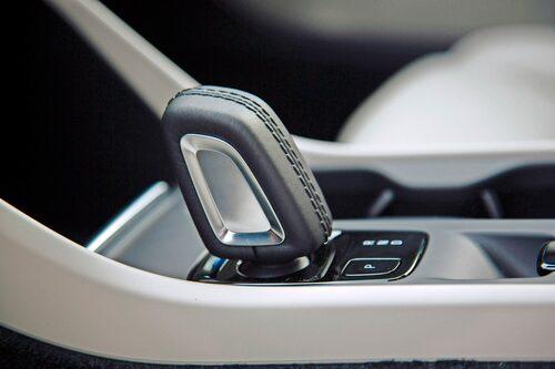 Åttastegad automatlåda med shift-by-wire är standard till D4 och T5 AWD.