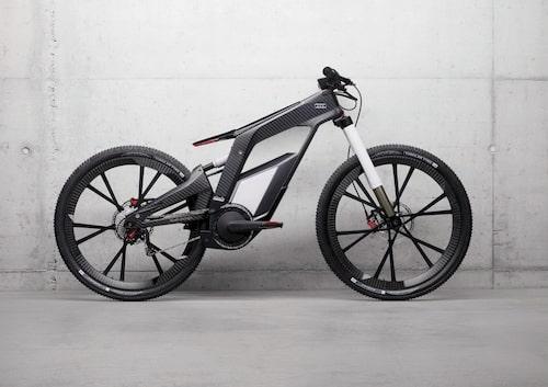 Ram och hjul är i kolfiber vilket gör den hyfsat lätt, elva kilo utan drivlinan. Audi e-bike Wörthersee är en hybrid då den har två drivkällor. Dels pedaler för mänsklig muskelkraft, dels en elmotor på 3,1 hästkrafter (2,3 kW) som får sin kraft från ett litiumjonbatteri. Allt snyggt integrerat i ramen. Batteriet är dessutom lätt att byta ut till ett fulladdat