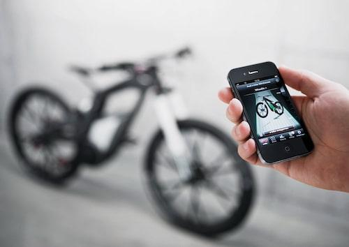 Utöver den för en cykel ganska tekniskt avancerade drivlinan finns det fler high tech-prylar ombord. Bland annat kan cykeln kommunicera med cyklistens smartphone och hjälmkamera trådlöst. I en app registreras inte bara cykelturens sträckning och färd, man kan med tekniken även ha full koll på cykelns status som till exempel batteriets kvarvarande kapacitet.
