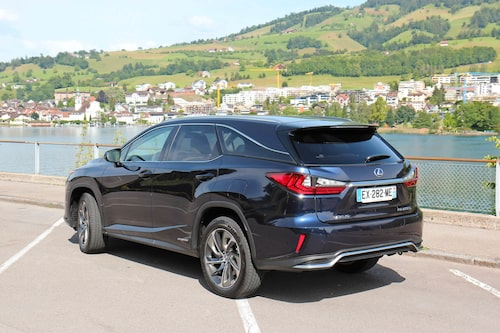 Bakifrån och i profil är det mer svepande linjer och Lexus har fått till en harmonisk helhet.