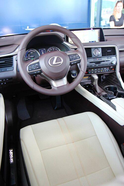 """Lyx à la Lexus. Fram sitter man som en kung, men instrumenteringen känns inte """"sista skriket""""."""