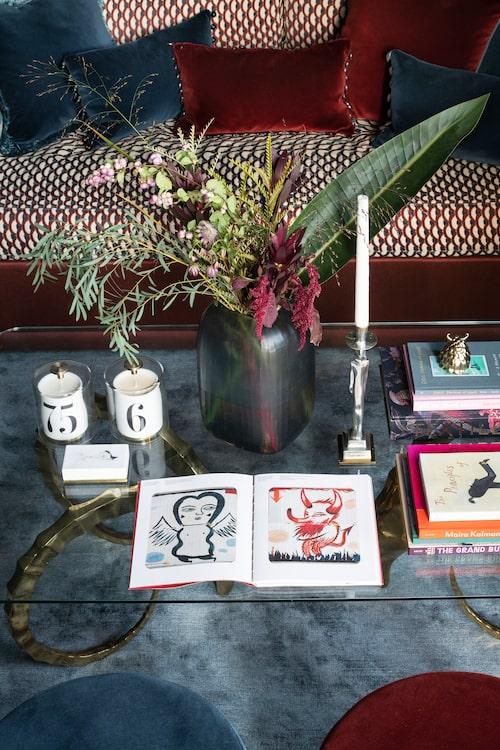 Glasbord, vintage, köpt hos Sjöström antik. Ljus, tändsticksask och dekoration t h, från L'objet, ljusstake Egyptisk, formgiven av Edvin Öhrström 1928, Svenskt tenn.