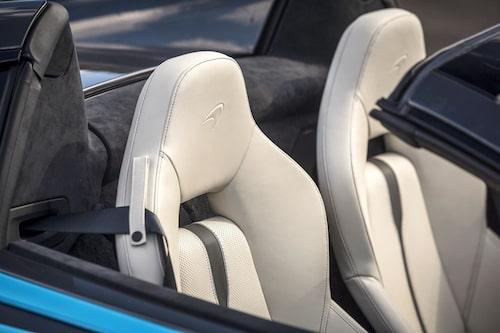 I denna bil sitter elmanövrerade komfortstolar, för 65 000 kr får du skalstolar i kolfiber.