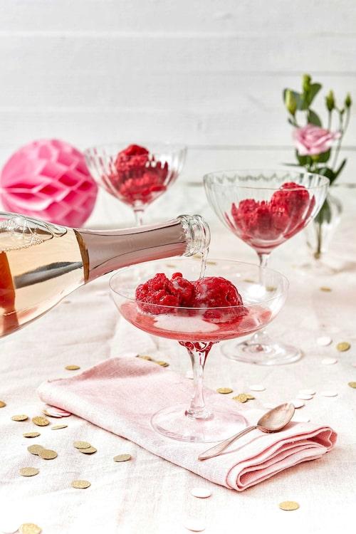 Servera glassen i vackra glas. Häll på alkoholfritt bubbel för extra festkänsla.