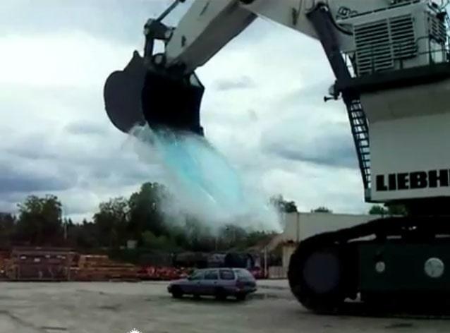 Ford Escort Kombi krossas av en skopa vatten