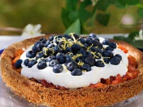 Blåbärs- och mandeltårta med nektarinkompott