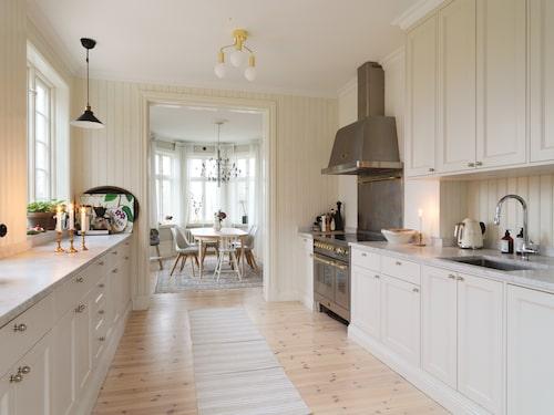 Det nedgångna köket från 1960-talet, med ljusblå skåpluckor och blodrött kakel, fick lämna plats för ett nytt platsbyggt kök, som känns klassiskt och modernt på samma gång.