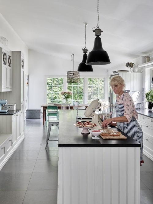 Både Jenny och Johan tycker om att laga mat och de har byggt ett stort socialt kök, som har blivit samlingsplatsen till både vardag och fest. Köket är byggt av snickerifirman Wilsens i Tranås.