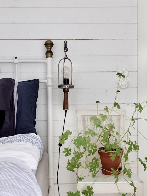 I sovrummet har paret satt in brädväggar för att ge det en rustik känsla. Säng från Ikea via Blocket och sänglampa, Bob, från Watt & Veke. Stolen är arvegods från Johans mormor.