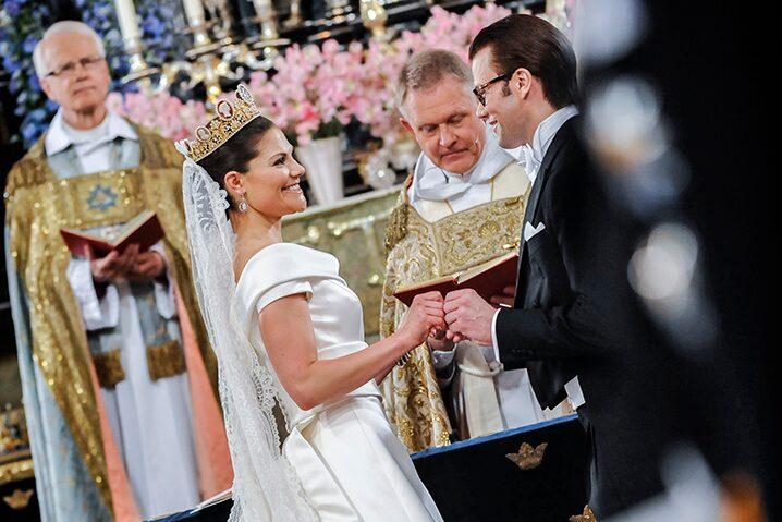 """Kronprinsessan Victoria och prins Daniel säger """"ja"""" under vigseln i Stockholms Storkyrka."""