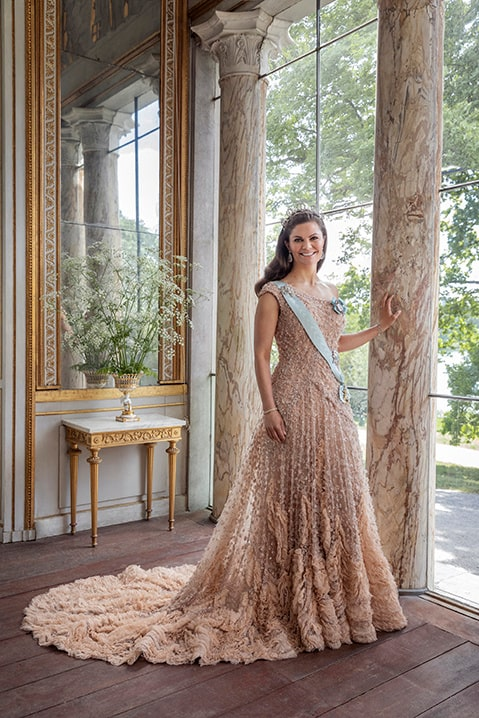 Kronprinsessan Victoria i magisk, gammelrosa klänning.