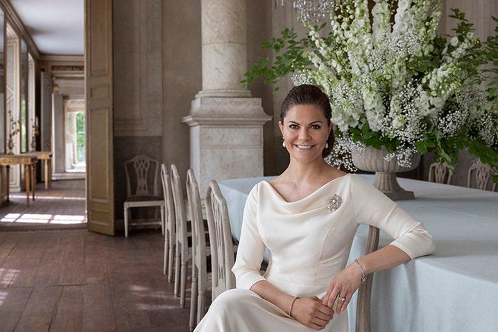 Victoria i stilig klänning med trekvartsärm.
