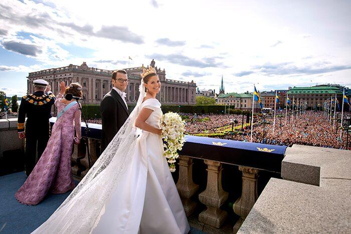 Kronprinsessan Victoria strålade i sin vita klänning av dubbelsidig sidenduchesse.