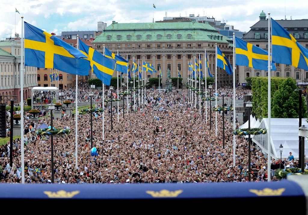Hundratusentals människor hade samlats för att få en skymt av brudparet.