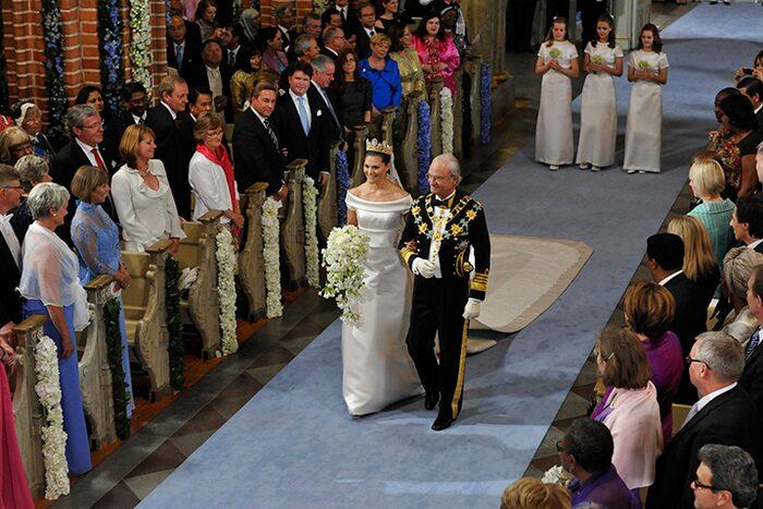Kung Carl XVI Gustaf följde sin dotter ner för altaret.