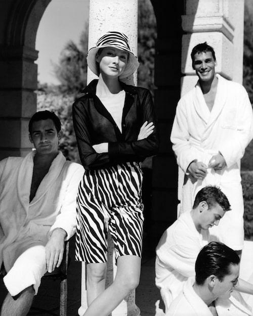 ELEGANT SHORTSLOOK PÅ 00-TALET. Modellen Maggie Rizer i bermudashorts från Michael Kors. Ur Vogue år 2000.