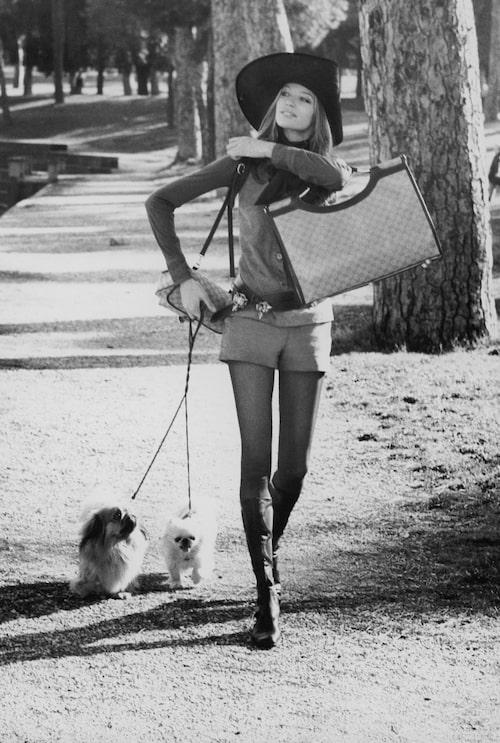 ELEGANT SHORTSLOOK PÅ 70-TALET. Modellikonen Veruschka i shotslook och väska från Gucci samt boots från Valentino. Ur Vogue 1971.