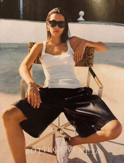 ELEGANT SHORTSLOOK PÅ 20-TALET. Långa shorts i exklusivt material med ett enkelt linne till i Bottega Venetas reklam från slutet av 10-talet är lika modernt den här säsongen. Lägg till en kavaj för en än mer dressad look.