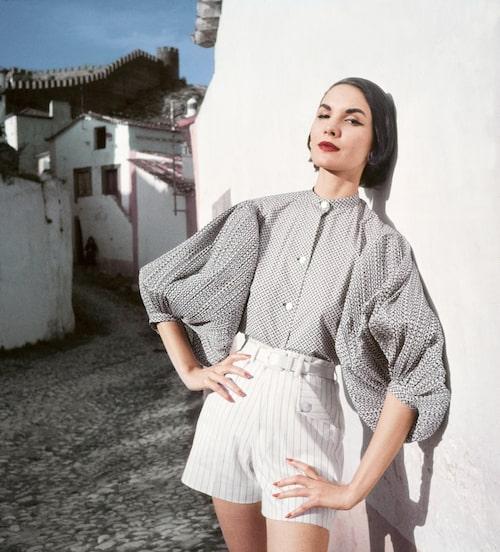 ELEGANT SHORTSLOOK PÅ 50-TALET. Korta shorts med hög midja och puffig blus –en look som är precis lika modern idag. Ur Vogue 1952.
