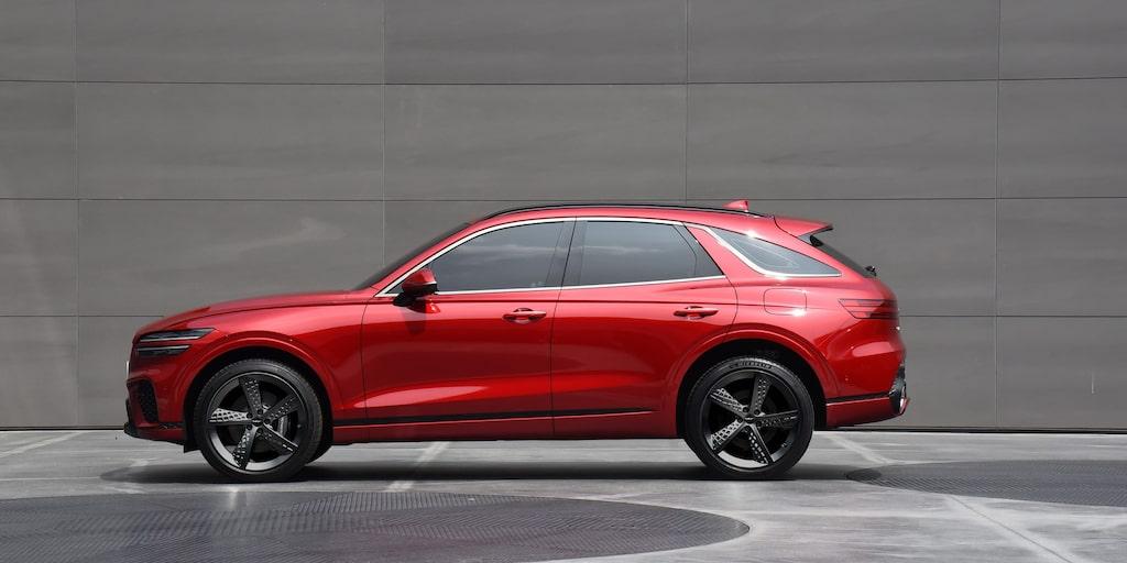 Genesis nämner inget om motorer, men räkna med bensinfyror på 250-300 hk samt en bensin-V6:a med 350-370 hk.