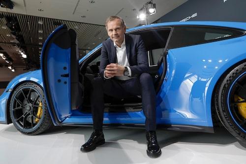 Det är Porsches vd Oliver Blume som avslöjar planerna på egen produktion av battericeller.