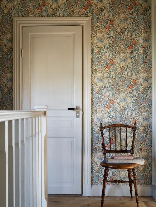 Tapetmönstret Golden lily skapades 1899 av JHDearle och är så likt William Morris egna, att det oftast hänförs till honom. Finns i flera färgställningar, från Morris & co.