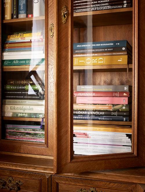 Bokskåpet är fyllt av Kristinas böcker om trädgård.
