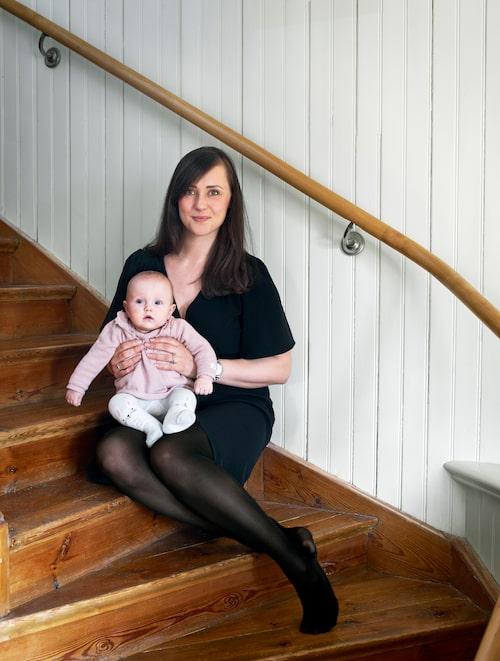 Kristina Dexner i trappan till sin vackert renoverade villa i Djursholm. Följ hennes och maken Kalles inredningsäventyr på Instagramkontona @homesinsideout och @dexner_woodworking.