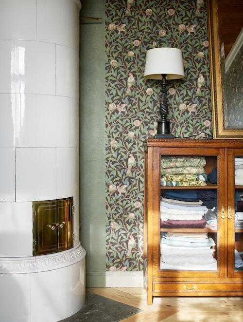 I det engelskt inspirerade arbetsrummet på övervåningen valdes mönstret Pomegranate, William Morris. Här finns också en kakelugn i original.