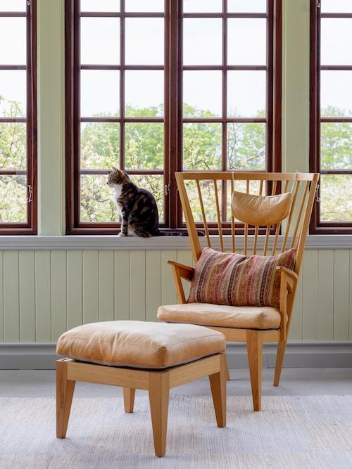 Både stilren och komfortabel är länstolen med fotpall av Nirvan Richter, från Norrgavel.