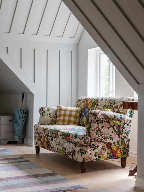 Josef Frank-soffan 678 med tyg Magnolia från GP & J Baker.