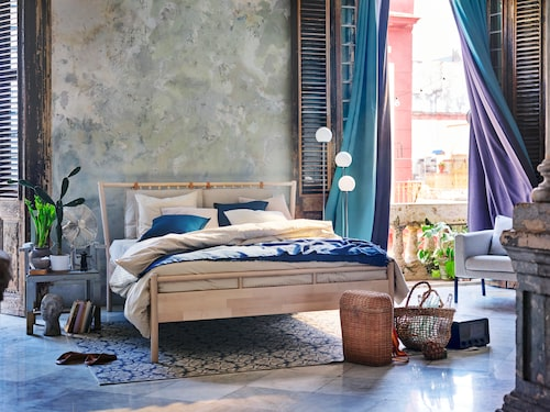 Ett somrigt sovrum med Björksnäs säng.