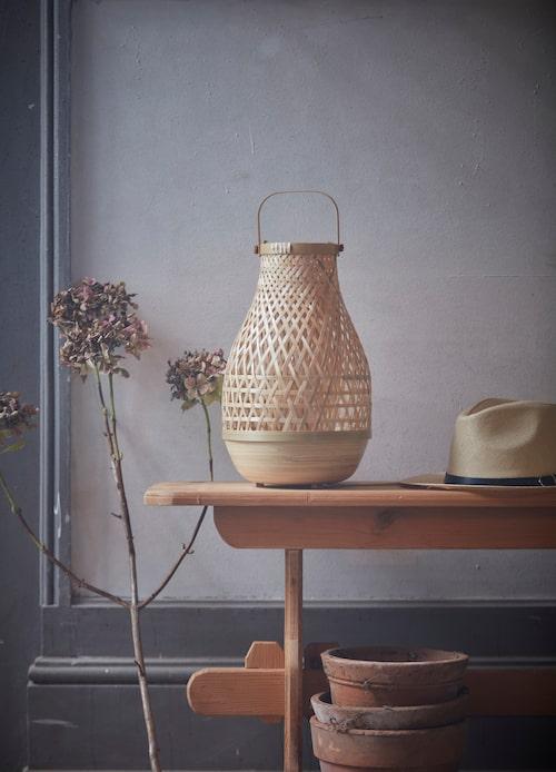 Bordslampa Misterhult, gjord av bambu som annars skulle ha kastats. Design av Emma Olbers.