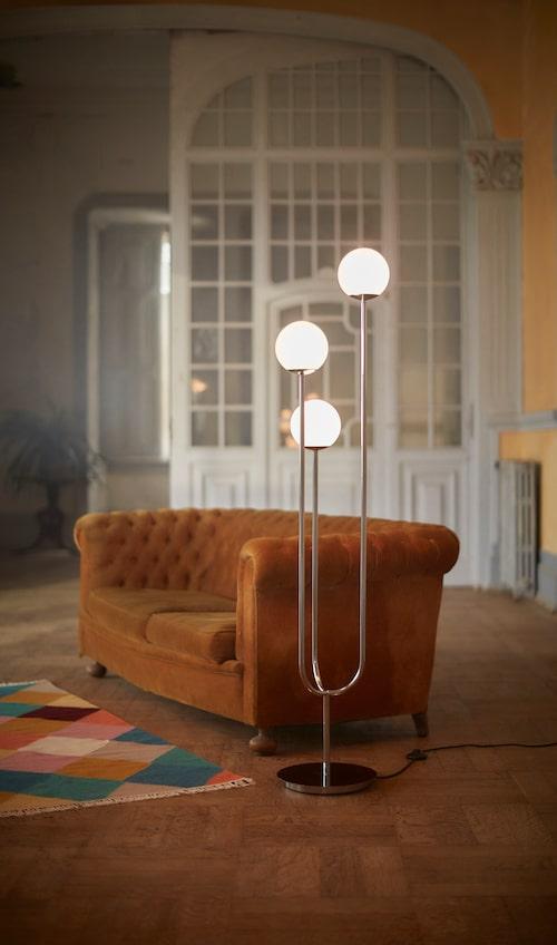 Golvlampa Simrishamn. Stilren lampa i glas och krom som ger fint ljus i rummet.