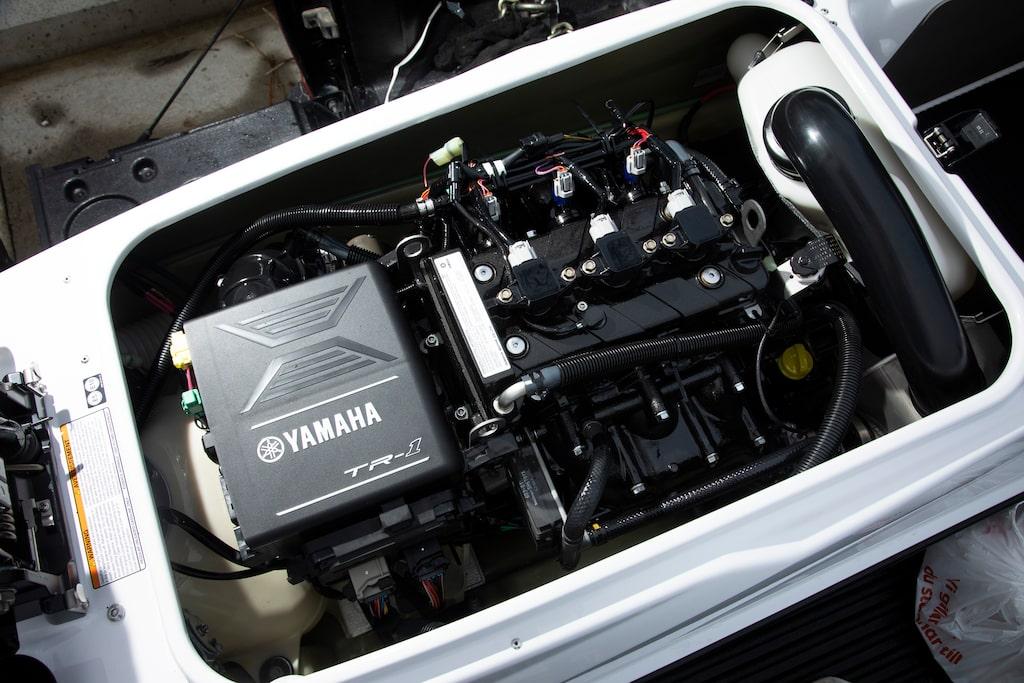 Trecylindrig fyrtaktsmotor på 1049 cc och 100 hästkrafter.