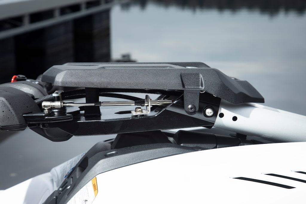 De tre hålen på styrbommen möjliggör justering av styrets placering för att passa fler förare.