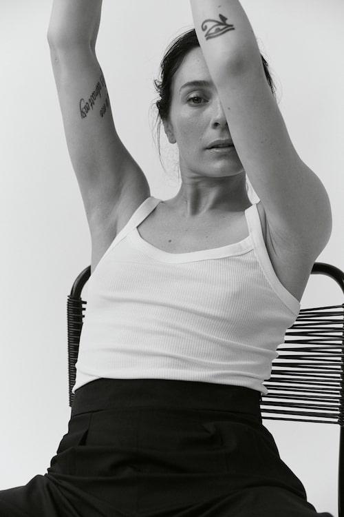 Linne från Filippa K. Kostymbyxa från Calvin Klein.