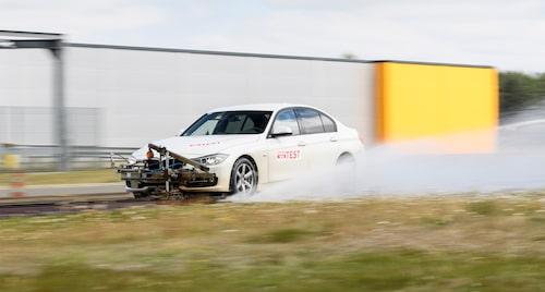 Bilen är spårbunden när testerna körs, det ger bättre repeterbarhet.
