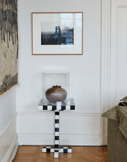 Urvalet av konst har skett på magkänsla. På väggen en suggestiv bild av Outi Heiskanen. Dan Wolgers skulptur Torso är placerad på Front Designs schackrutiga lilla bord för Moooi.