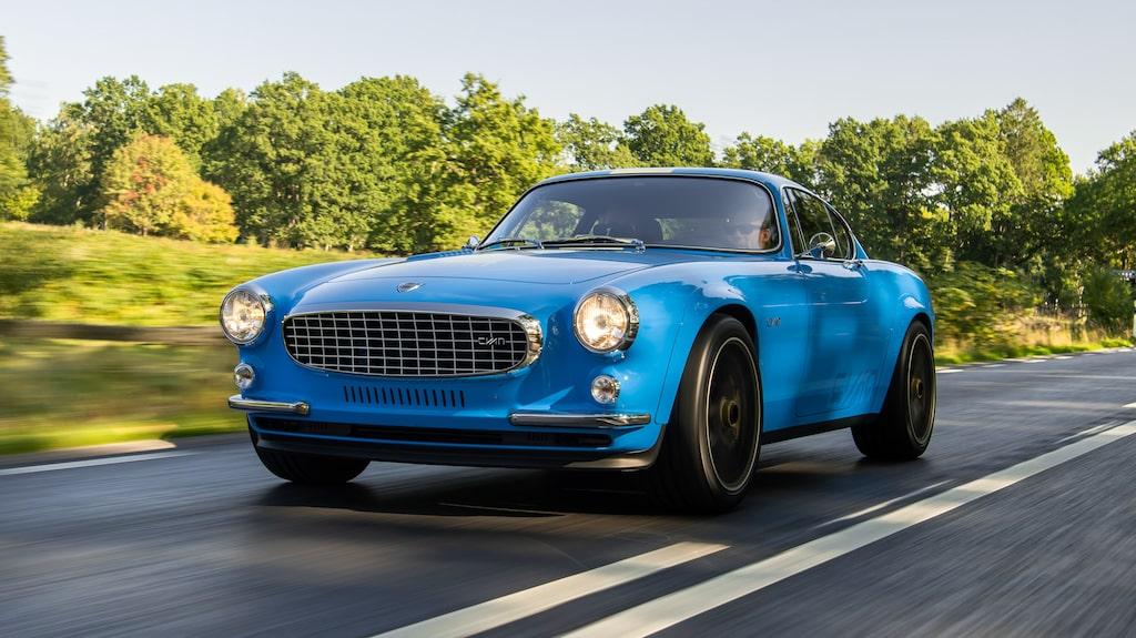 Teknikens Världs Linus Pröjtz är en av de absolut första att ta plats bakom ratten i Volvo P1800 Cyan.