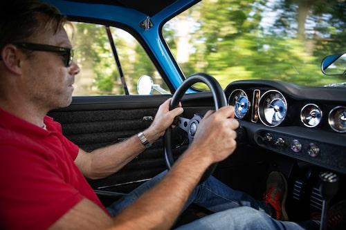 Linus trivs bakom ratten samtidigt som den nordskånska bokskogen blurrar förbi.