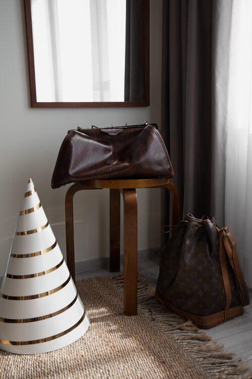 """""""Väskan på golvet är från Louis Vuitton och den över är vintage."""""""