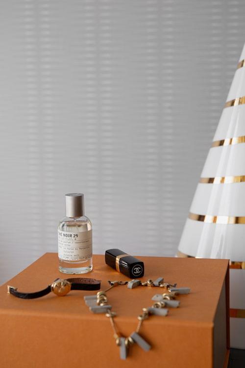 """""""Halsband från Lanvin. Klockan är vintage. Läppstift 'Rouge Coco 408' från Chanel. Doft från Le Labo. Klockan är vintage från Mod."""""""