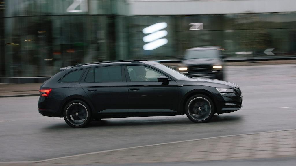Skoda Superb iV påminner mycket om Volkswagen Passat GTE, men utrymmena är större.
