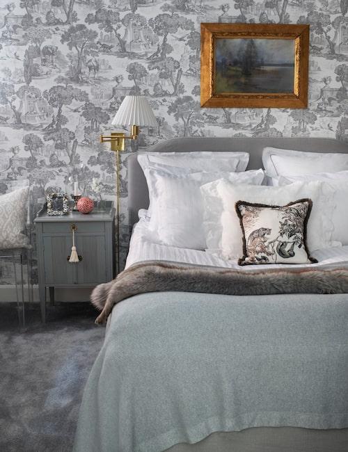 Det lilla sängbordet är arvegods, och här finns en antik ram och ett ljus som skapar stämning som i äldre tider.
