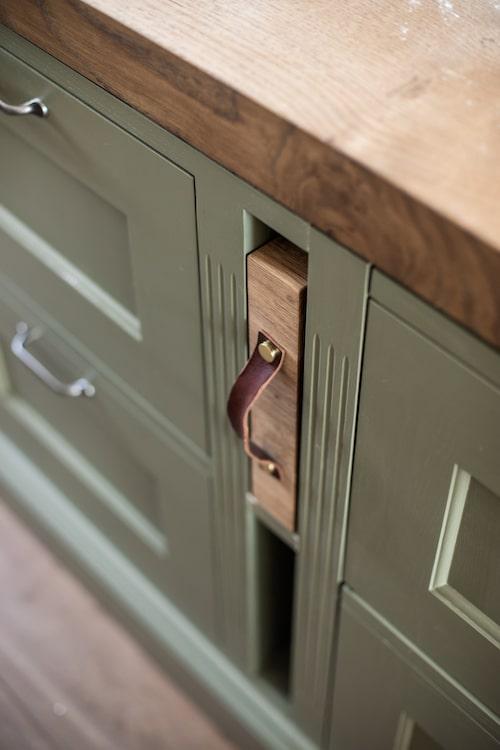 Massivt skärblock i ek med läderhandtag blir en snygg detalj i köket, och har sin givna plats.