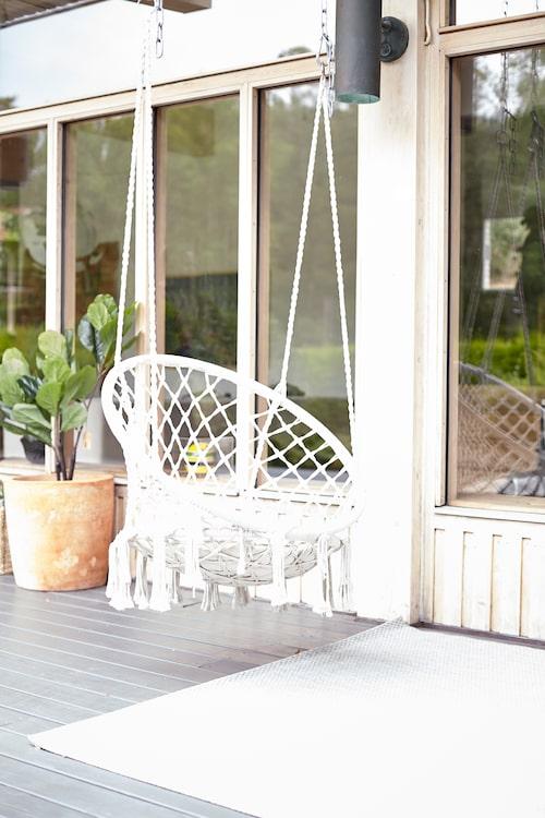 På verandan kan man gunga i en hängstol från Åhléns.